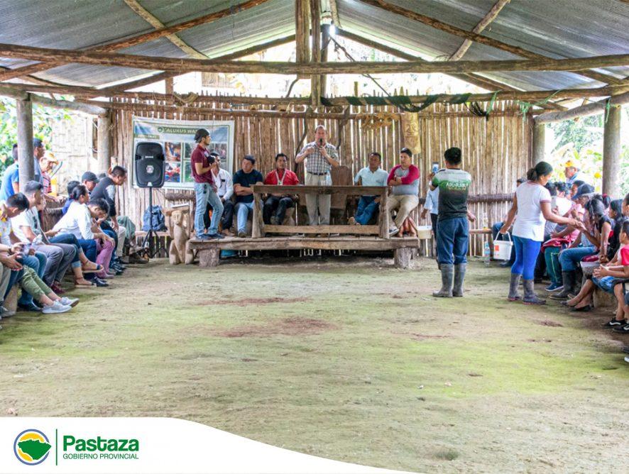 Jaime Guevara, Prefecto de Pastaza acompañado de los Consejeros Provinciales junto al presidente de la parroquia Tarqui y el Concejal de Arajuno, participaron de una reunión de trabajo en la comunidad Nuevo Mundo.