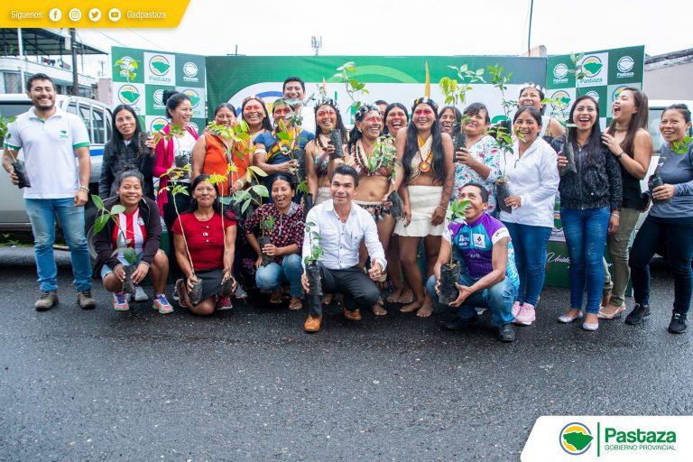 Entrega simbólica de plantas frutales, forestales y cítricos a las integrantes de la Asociación de Mujeres Waorani.