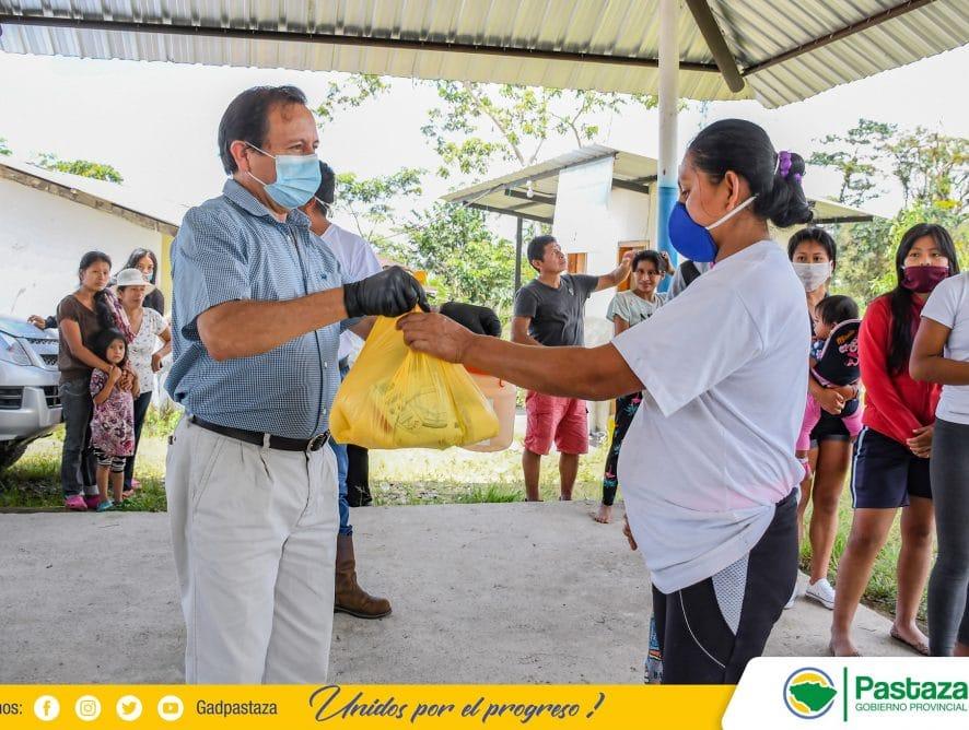 Jaime Guevara, Prefecto de Pastaza entrega de kits con productos de primera necesidad.