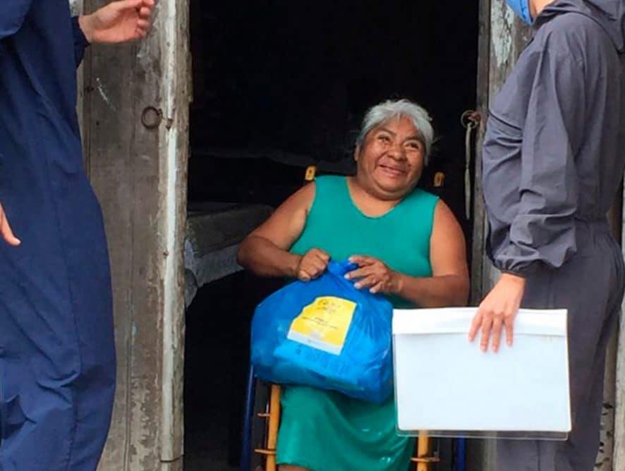 Donaciones permite llegar con kits alimenticios a personas con discapacidad.