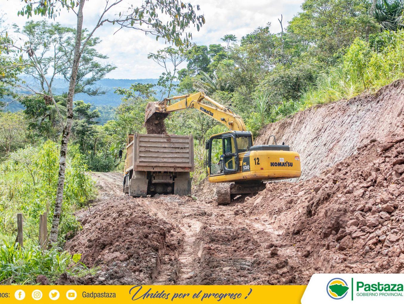 Maquinaria de la Prefectura de Pastaza trabaja en el mantenimiento de la vía a los Andinos.