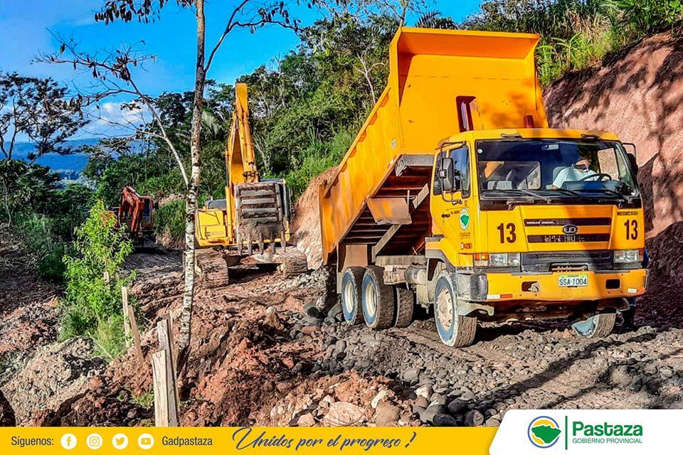 Maquinaria de la Prefectura de Pastaza trabaja en el mantenimiento de la vía a los Andinos!